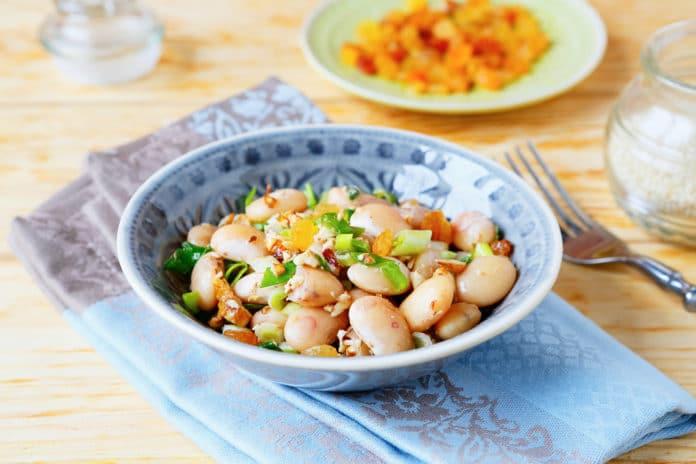 salát s pečenou cizrnou, fazolemi a kukuřicí