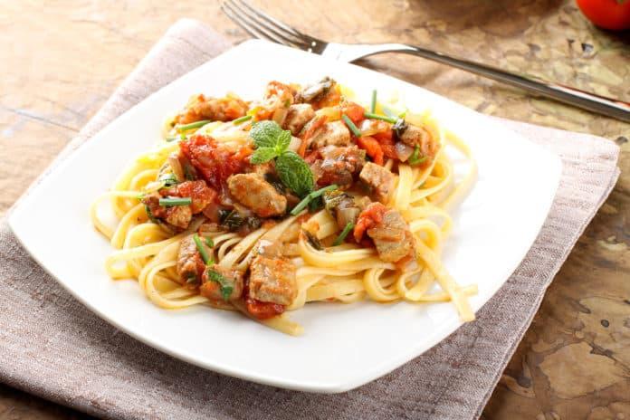 salát z celozrnných špaget s tuňákem, okurkou, rajčaty a paprikou