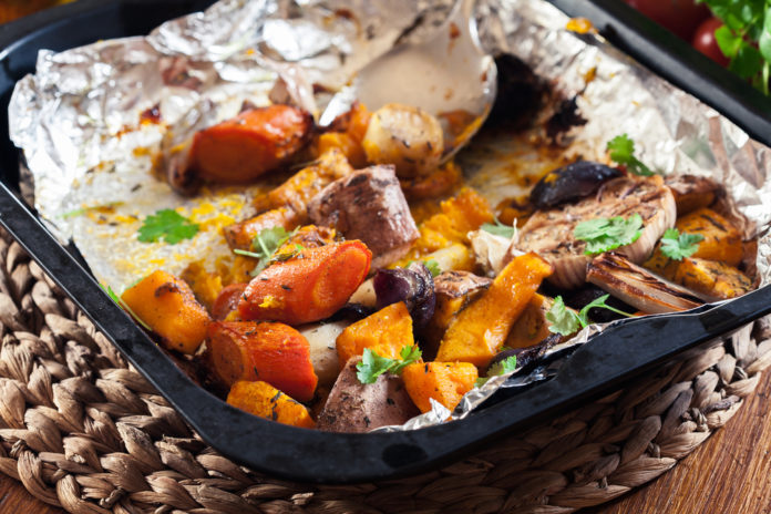 zapečená máslová dýně s batáty, mrkví, seitanem a tahini omáčkou