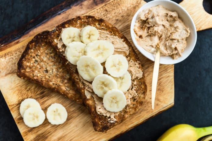 žitný chléb s arašídovým máslem a banánem
