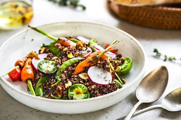 černá quinoa s grilovanou zeleninou