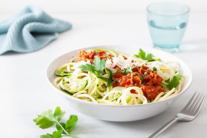 cuketové špagety se žampiony, krůtími kousky a rajčatovou omáčkou