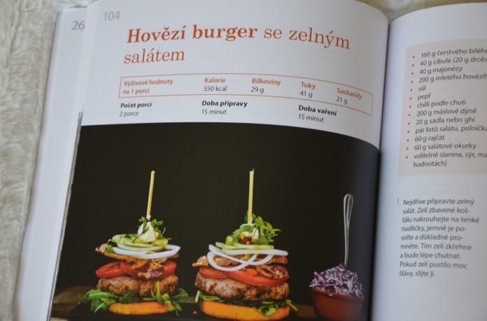 hovězí burger se zelným salátem