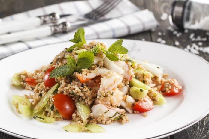 quinoa s krevetami, jarní cibulkou, rajčaty a lístky máty