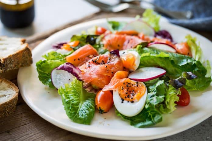 salát s uzeným lososem, vařeným vejcem a celozrnnou bagetkou