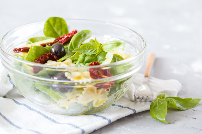 těstovinový salát s balkánským sýrem, olivami a sušenými rajčaty
