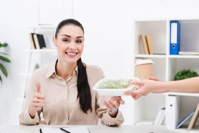 zaměstnaná žena na krabičkové dietě
