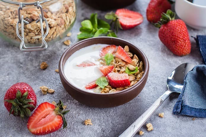 Fermentované ovesné vločky s bílým jogurtem, jahodami a slunečnicovými semínky