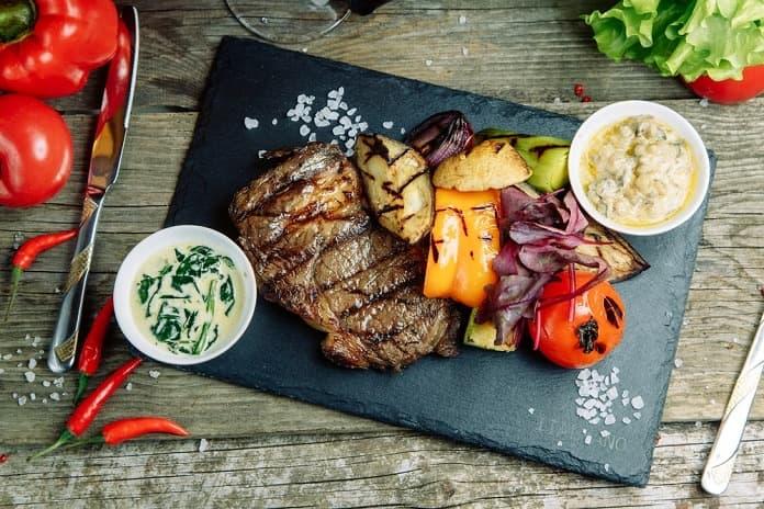 hovězí steak s pečenou zeleninou s balzamikovo-javorovým přelivem