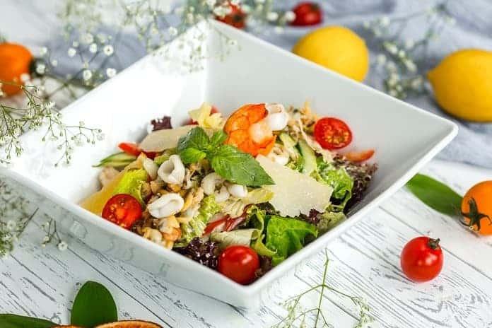 salát s celozrnnou rýží, krevetami, zeleninou a dresinkem z medu a chilli