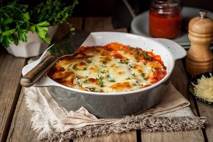 těstoviny z červené čočky zapečené s dýňovou omáčkou a mozzarellou