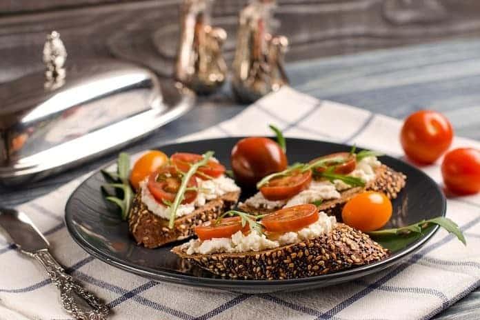 žitný chléb s čerstvým sýrem, cherry rajčaty a rukolou