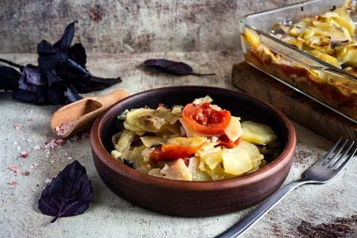brambory zapečené s lososem a zeleninou