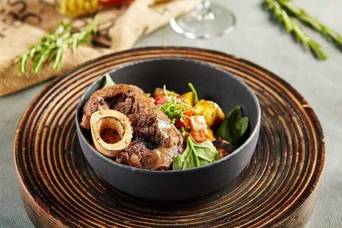 dušené hovězí maso s mrkví a vařeným bramborem