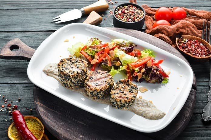 grilovaný losos se sezamem a zeleninou