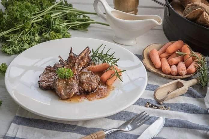 jehněčí steak s divokými bylinkami a dušenou mrkví