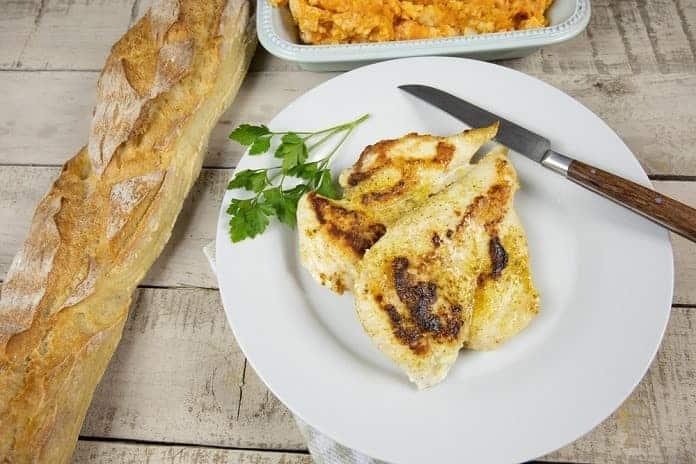 kuřecí kapsa plněná čerstvými bylinkami a čerstvým nezrajícím kozím sýrem