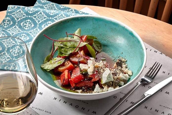 kuskus s mozzarellou, rajčaty a salátovými listy