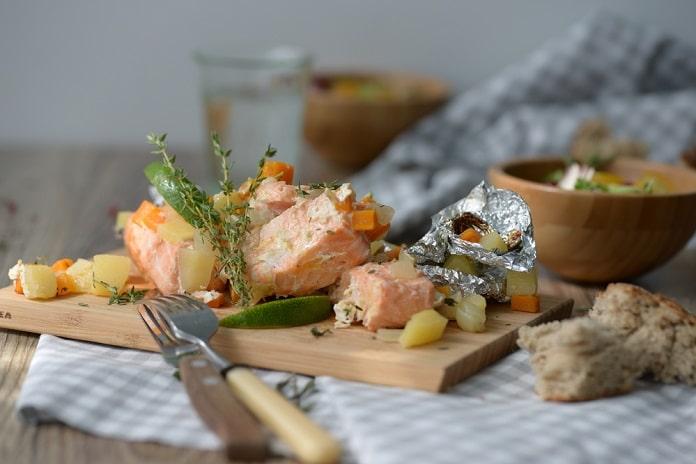 losos pečený v alobalu se zeleninou a bramborem