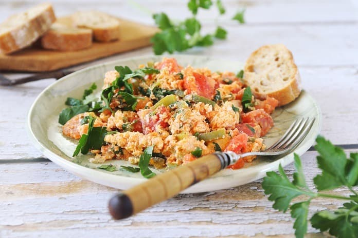 miešané vajíčka so šunkou, paradajkami a paprikou
