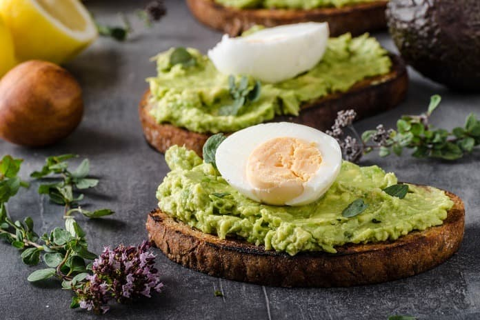 nasucho opečená žitná topinka s avokádem a vařeným vejcem
