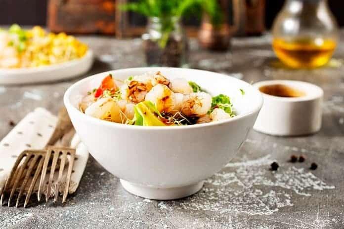 nudle s krevetami, česnekem a chilli