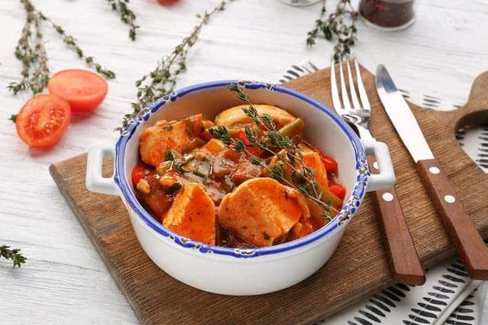 pečené kuře s bylinkami, rajčaty a sladkým bramborem