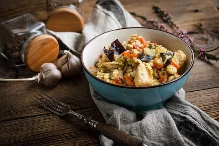 rizoto z hnědé rýže s kuřecím masem a zeleninou