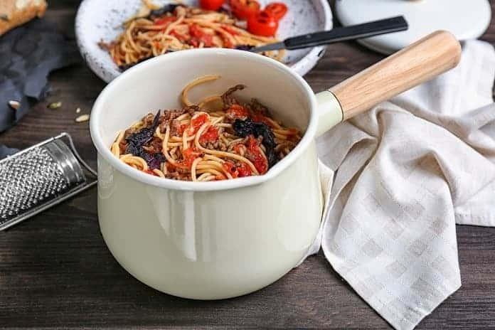 celozrnné špagety s mletým drůbežím masem a rajčatovou omáčkou