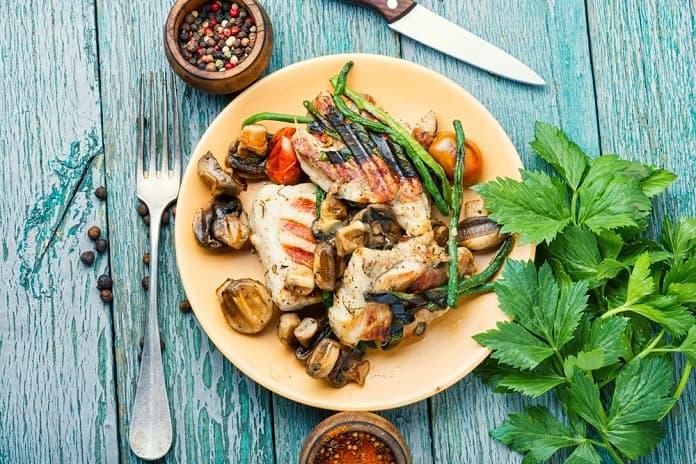 grilovaná kuřecí prsa se zeleninou a jogurtovým dipem