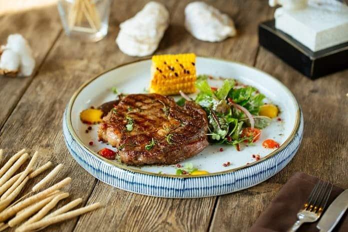 hovězí steak s grilovanou kukuřicí a salátem