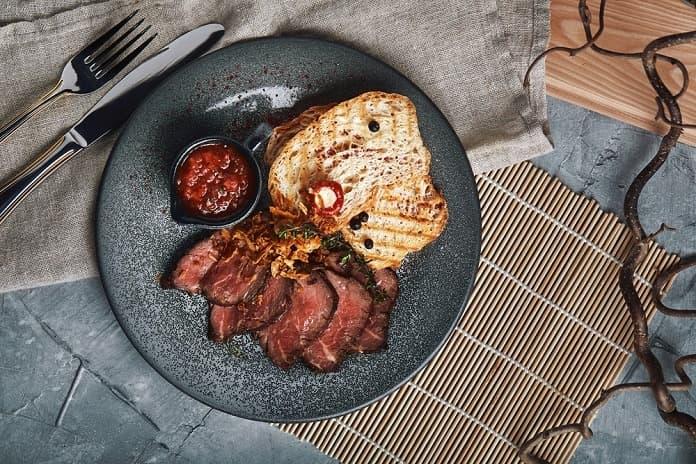 hovězí steak s rajčatovou salsou, celozrnné pečivo