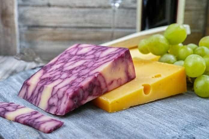 hroznové víno s kousky tvrdého sýra