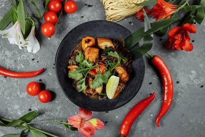krůtí nudličky s rajčaty, chilli, bambusovými výhonky a pohankovými nudlemi