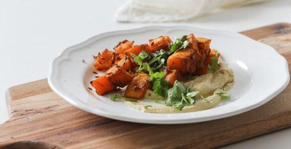 RECEPT: Pečená kořeněná dýně s arašídovým hummusem