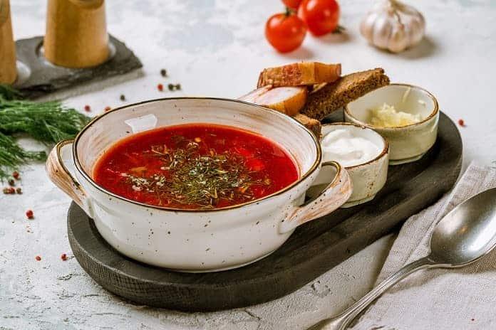 polévka z červené řepy se lžičkou zakysané smetany