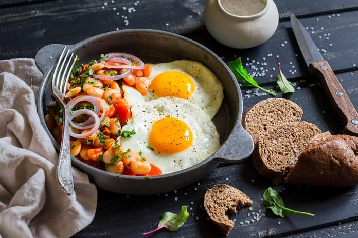 sázená vejce s fazolemi a zeleninovým salátem