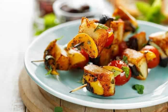 špízy s kuřecím masem, zeleninou a sušenými švestkami