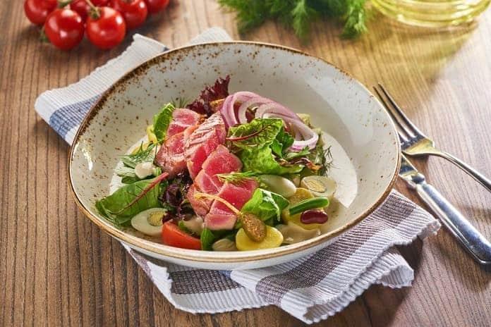 steak z tuňáka se salátem Nicoise