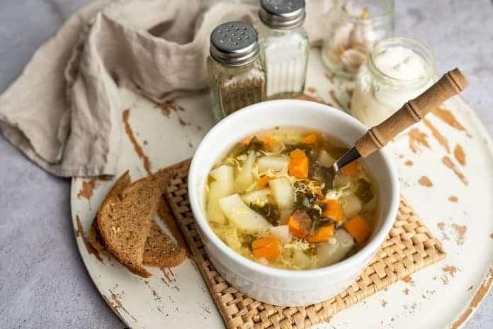 zeleninová polévka s vejcem a plátkem celozrnného chleba