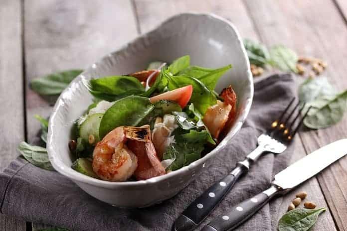 zeleninový salát s krevetami