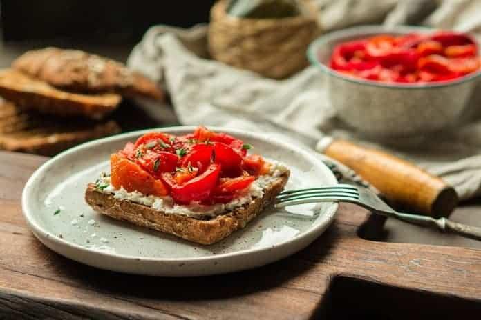 celozrnný žitný toast s ovčím sýrem, restovanými paprikami, cibulí a česnekem