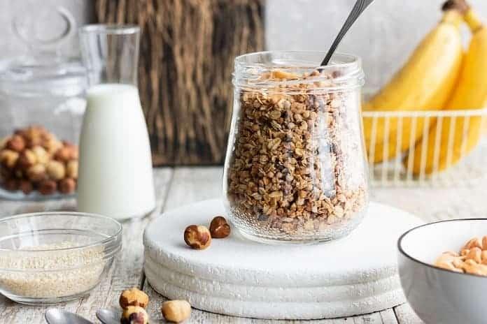 domácí müsli se směsí ořechů zalité sojovým mlékem