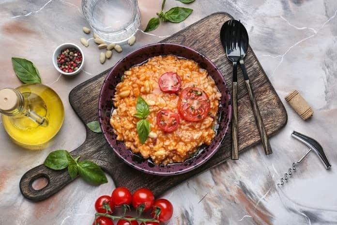 ječné kroupy s krůtím masem, rajčaty, italským kořením a lahůdkovým droždím