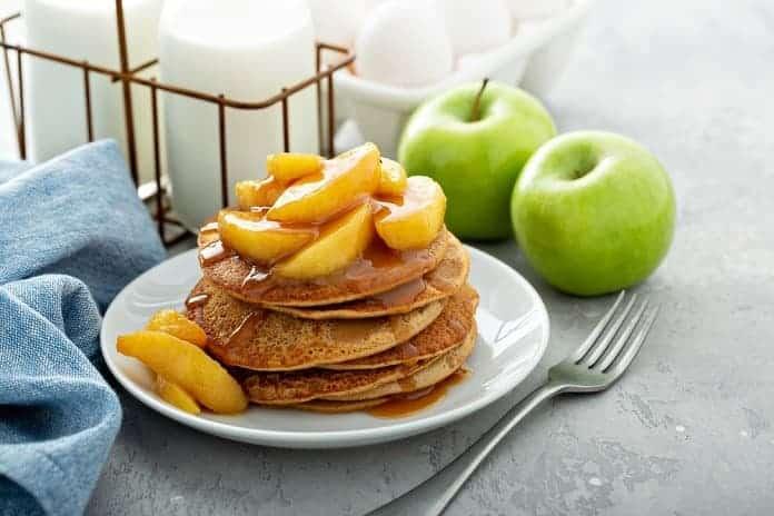 lívance z pohankové mouky s dušenými jablky, skořicí a lněným olejem