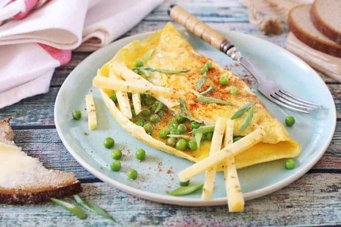 omeleta s mladým hráškem a celozrnným chlebem