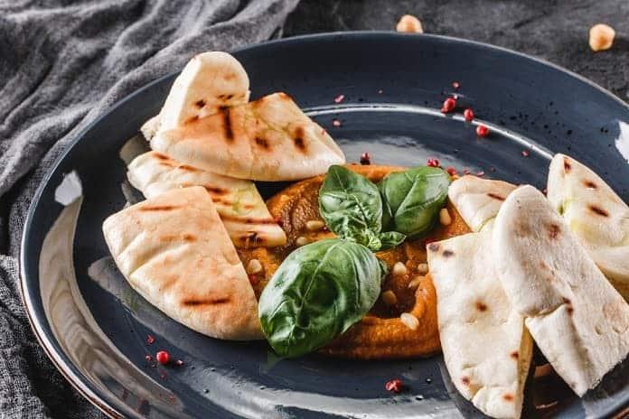 paprikový hummus s celozrnným pita chlebem