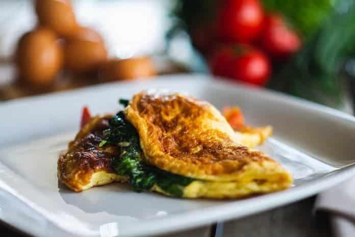 vaječná omeleta se zeleninou a arašídovým dipem
