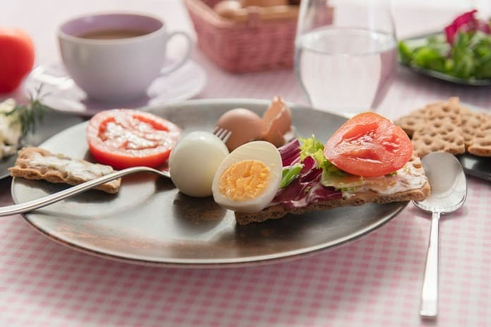 vařené vejce se žitným knäckebrotem, himalájskou solí a čerstvou zeleninou
