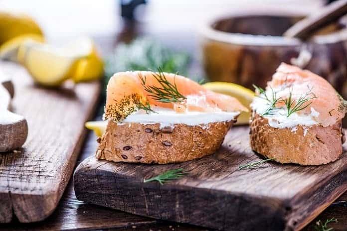 žitná bagetka s čerstvým sýrem a uzeným lososem